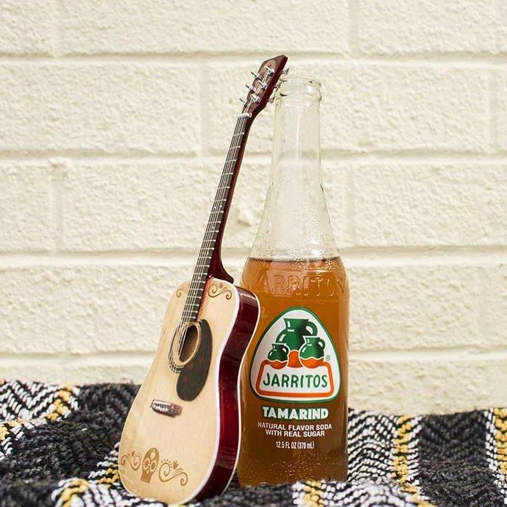 guitarra y un refresco de sabor tamarindo jarritos