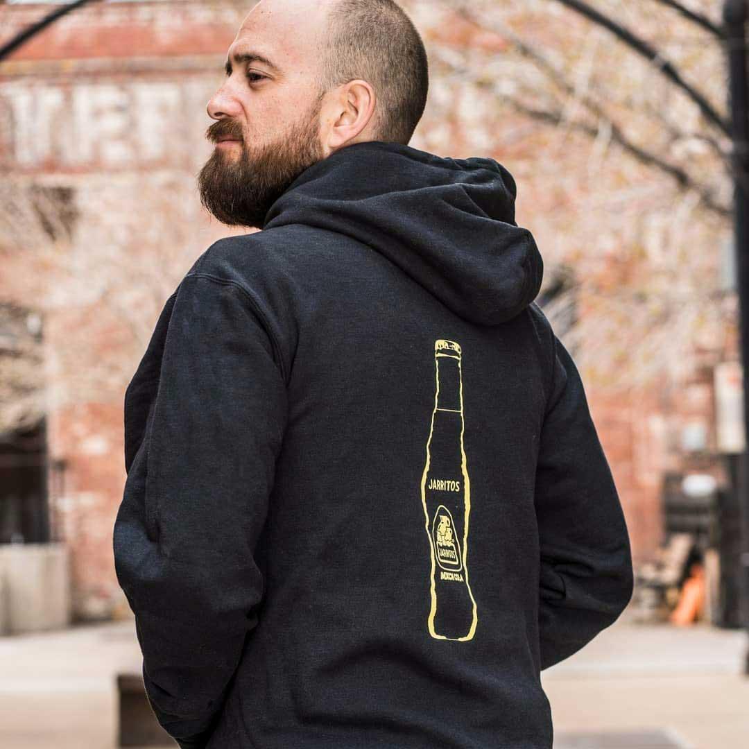 parte trasera de la sudadera con capucha con el logo de jarritos