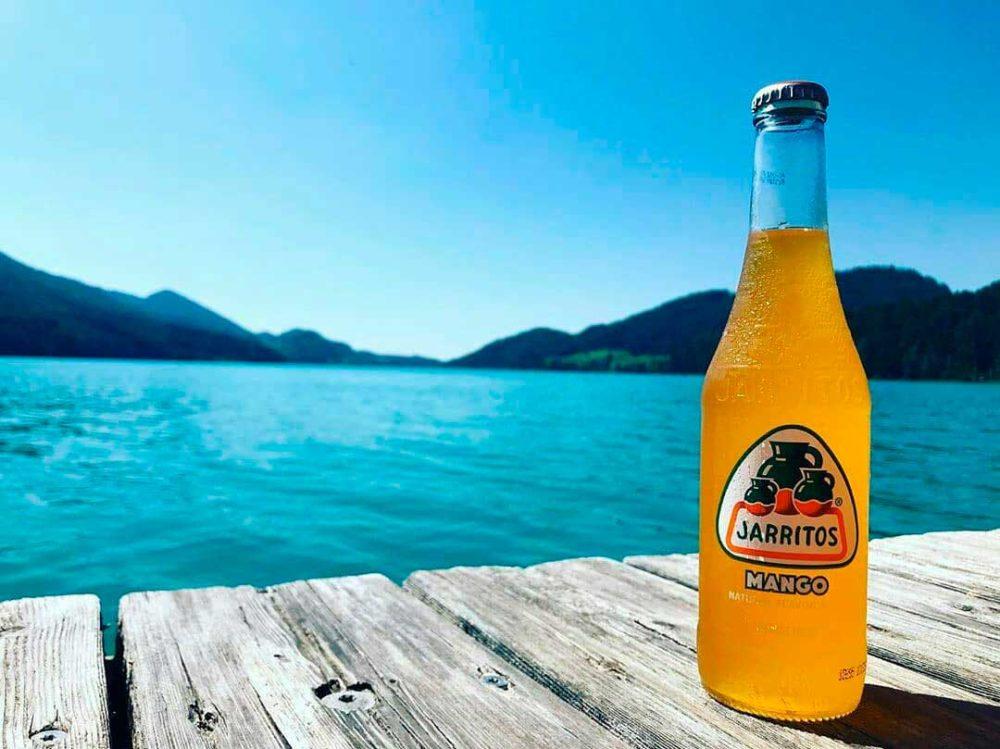 el mar y un refresco sabor mando jarritos
