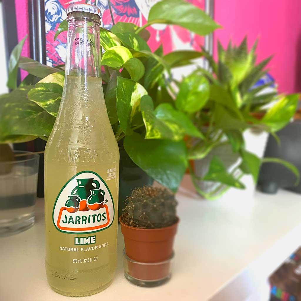 refresco de limón junto a una maceta