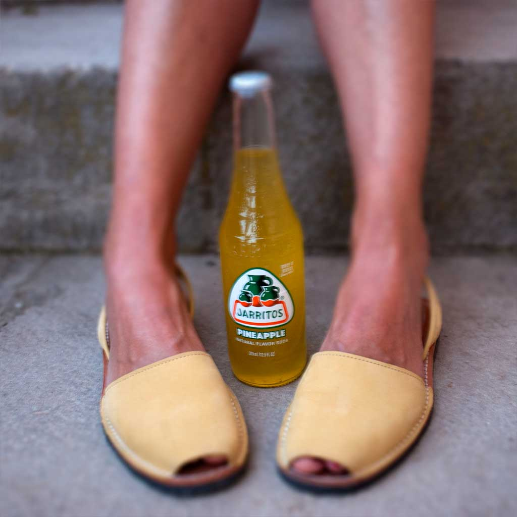 zapatos igual al color del refresco de piña jarritos