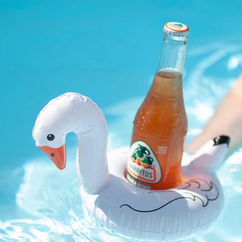 flotador con un refresco de tamarindo marca jarritos